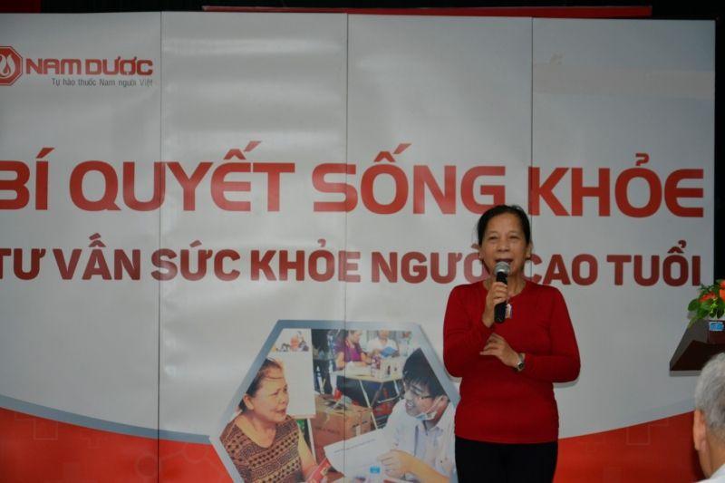 Giảng viên Trịnh Thị Nhạ chia sẻ một số phương pháp luyện tập Yoga tại hội thảo.